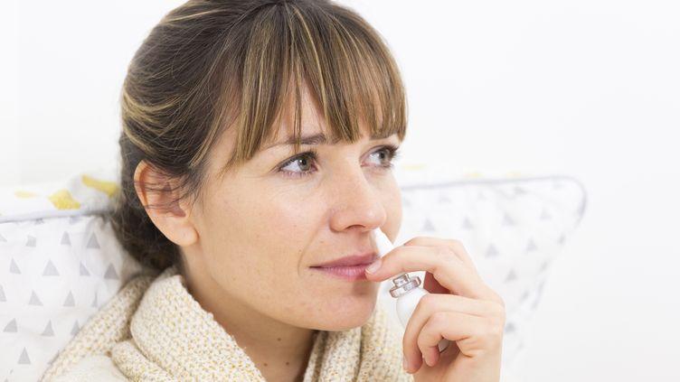 L'utilisation de corticoïces en spray nasal est déconseillé face au coronavirus. (COLLANGES / BSIP / AFP)
