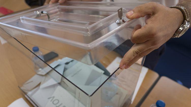 Le maire de Gardouch (Haute-Garonne), Olivier Guerra, ouvre une urne, lors du dépouillement du second tour des élections législatives, le 18 juin 2017. (ERIC CABANIS / AFP)