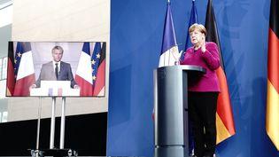 Angela Merkel et Emmanuel Macron lors d'une conférence de presse commune organisée à Paris et Berlin pour évoquer la relance économique en Europe, lundi 18 mai 2020. (KAY NIETFELD / AFP)