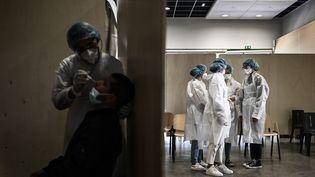 Le personnel soignant rassemblé dans un centre de dépistage du Covid-19 dans le quartier du Bacalan à Bordeaux (Gironde), le 23 mai 2021. (PHILIPPE LOPEZ / AFP)