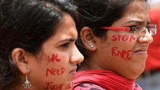 Des femmes manifestent en Inde, à Bangalore, le 20 juillet 2014, après plusieurs cas de viols dans le pays. (MANJUNATH KIRAN / AFP)