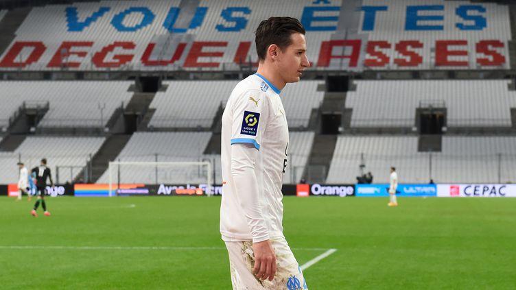 Florian Thauvin devant une banderole déposée par les supporters au Vélodrome pour le match OM-Lens, mercredi 20 janvier 2021. (NICOLAS TUCAT / AFP)