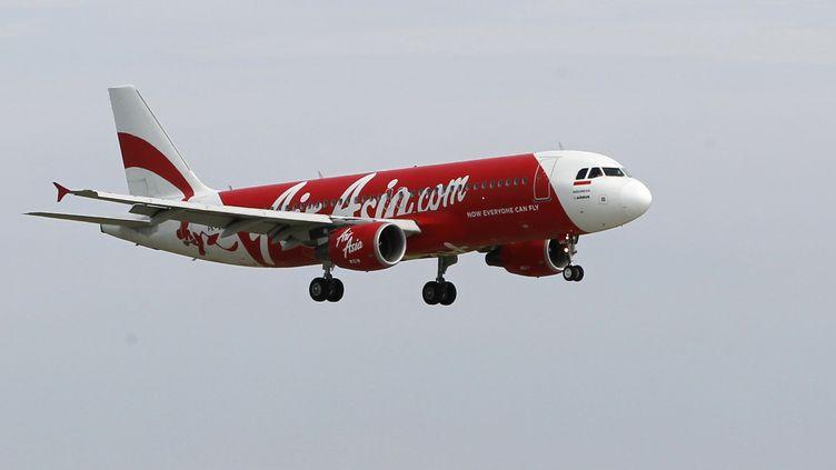 Un avion de la compagnie AirAsia dans les airs près de Jakarta (Indonésie), en janvier 2013. (© ENNY NURAHENI / REUTERS / X00205)