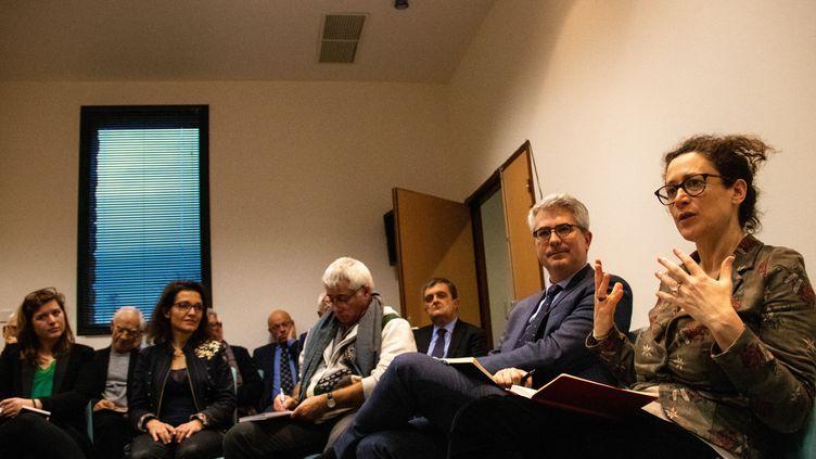 """La secrétaire d'Etat Emmanuelle Wargon, en charge de coordonner le grand débat national, présente le processus à des """"gilets jaunes"""" et des responsables d'associations locales, le 18 janvier 2019 à Saint-Malo (Ille-et-Vilaine). (MARTIN BERTRAND / AFP)"""