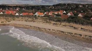 Le coût pour ensabler la place de Wissant (Pas-de-Calais), estimé à 30 millions d'euros, a été jugé trop cher et aucune autre solution n'offre de protection à long terme. (France 2)