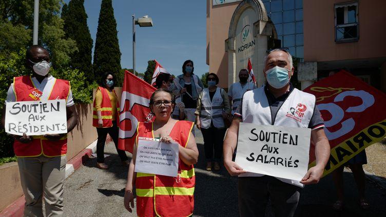 Des soignants manifestent, à l'appel de la CGT, FO et SUD, devant l'Ehpad Korian Riviera, à Mougins (Alpes-Maritimes), le 25 mai 2020. (VALERY HACHE / AFP)