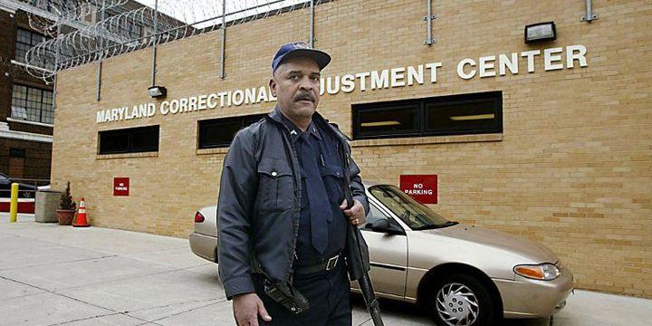 Un garde devant un établissement pénitentiaire à Baltimore, dans leMaryland (2002). (AFP PHOTO Luke FRAZZA)