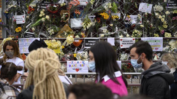 Près de 2 000 personnes participent à une marche blanche le 3 mars 2021 à Bondy (Seine-Seint-Denis) en mémoired'Aymane, adolescent de 15 ans tué par balle. (JULIEN MATTIA / ANADOLU AGENCY / AFP)