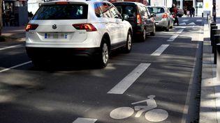Des SUV, véhicules chers et plus polluants que la moyenne, à Lille (Nord) le 27 mai 2021. Illustration (AURÉLIEN ACCART / FRANCEINFO / RADIO FRANCE)