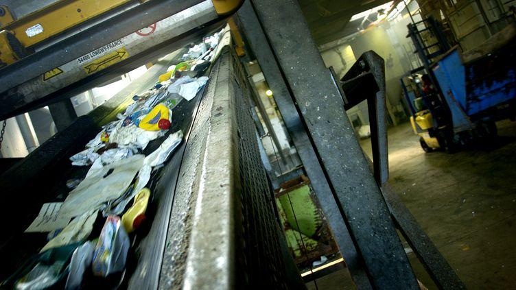 Une photo de bouteilles en plastique provenant d'une usine de traitement des ordures ménagères, le 1er septembre 2006, à La Loyère (Saône-et-Loire). (JEFF PACHOUD / AFP)