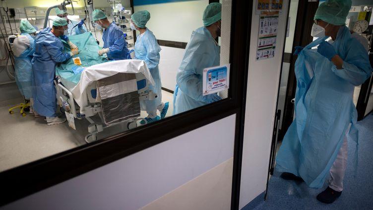 Des soignants s'occupent d'un patient atteint du Covid-19 dans un service de réanimation à Muret, près de Toulouse (Haute-Garonne), le 17 novembre 2020. (LIONEL BONAVENTURE / AFP)