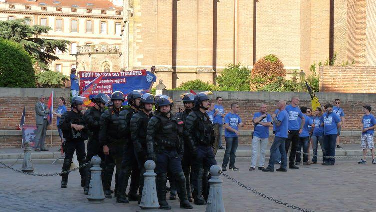 La police face à un groupe du bloc identitaire manifestant contre le vote des étrangers, à Toulouse (Haute-Garonne) le 29 mai 2012. (CITIZENSIDE.COM / CITIZENSIDE.COM)