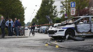 La carcasse d'une voiture de police attaquée àViry-Châtillon (Essonne), le 8 octobre 2016. (THOMAS SAMSON / AFP)