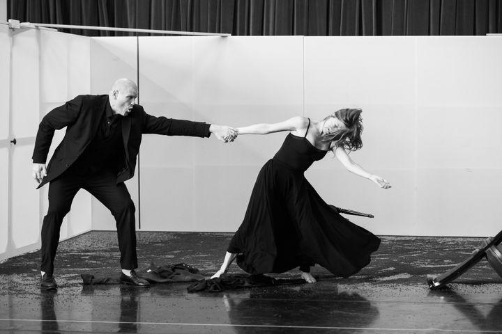 """Répétitions de la danse avec Bo Skovhus pour""""Bérénice"""" de Michael Jarrell.  (E. Bauer/Opéra national de Paris.)"""