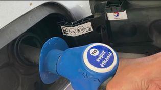 Alors que le carburant connaît une forte hausse, le superéthanol semble l'alternative parfaite.Un prix attractif et une manipulation simple pour convertir son véhicule.Une méthode qui commence à séduire de plus en plus de conducteurs. (Capture d'écran France 2)