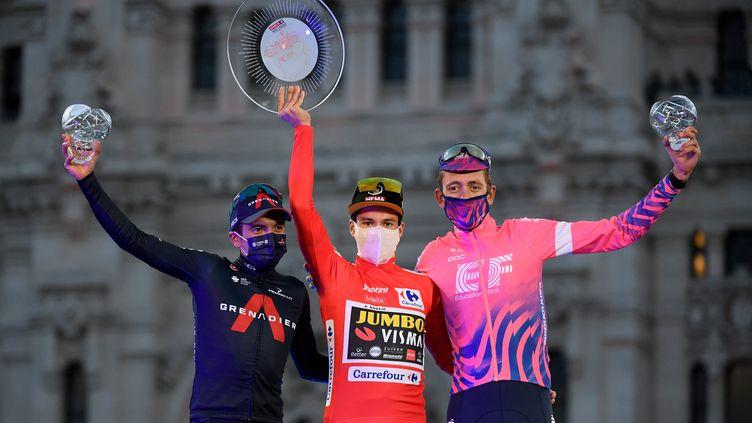 Qui succèdera à Primoz Roglic, ici entouré de Richard Carapaz (à g.) et de Hugh Carthy (à dr.) sur le podium de l'édition 2020 de la Vuelta ? (OSCAR DEL POZO / AFP)