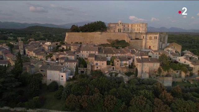 Drôme : à la découverte de Grignan, un village de vignes et de lavande