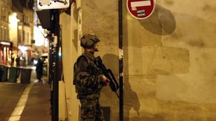 Un soldatpatrouille rue de Charonne, à Paris, le 14 novembre 2015. (PIERRE CONSTANT / AFP)