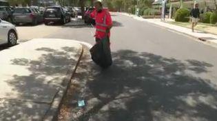 Triste constat sur la route des vacances: les déchets s'accumulent sur le bord de la chaussée. Selon un sondage, un Français sur trois jette encore des déchets par la fenêtre de sa voiture. Dont les mégots, responsables de départs de feu. (FRANCE 2)