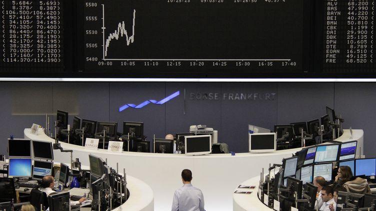 Des traders à la bourse de Francfort (Allemagne), le 23 novembre 2011. (SONYA SCHOENBERGER / REUTERS)