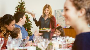 Une famille lors d'un repas de Noël. (SOFIE DELAUW / CULTURA RF)