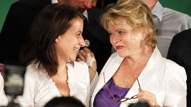 Cécile Duflot (à gauche) et Eva Joly, lors de l'annonce du résultat des primaires du parti Europe Ecologie-Les Verts, le 12 juillet 2011 à Paris. (CHARLES PLATIAU / REUTERS)