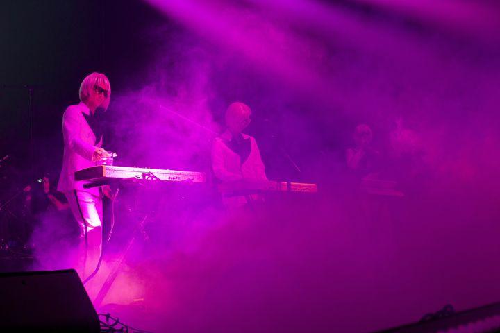 Membres du groupe La Femme sur la scène de l'Olympia à l'occasion du Festival des Inrocks. (RENAUD MONFOURNY/ INROCKS FESTIVAL)