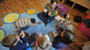 Des enfants participent à une activité périscolaire dans le cadre de la réforme des rythmes scolaires, le 11 octobre 2013, à Nantes (Loire-Atlantique). (FRANK PERRY / AFP)