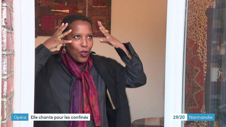 La chanteuse lyriqueDaïa Durimel à la fenêtre de sa maison de Fécamp (France 3 Normandie)