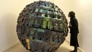 """Giant Ball"" de Romuald Hazoum (Bénin)  (Will Oliver/AFP)"