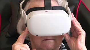 """Une résidente de l'Ehpad """"L'Accueil"""" en train d'essayer la réalité virtuelle. (France 3 Lorraine)"""