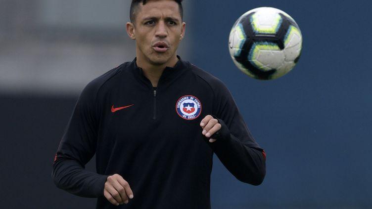Alexis Sanchez, footballeur chilien à l'entrainement à Porto Alegre (Chili), le 2 juillet 2019. Il est solidaire du peuple chilien. (JUAN MABROMATA / AFP)