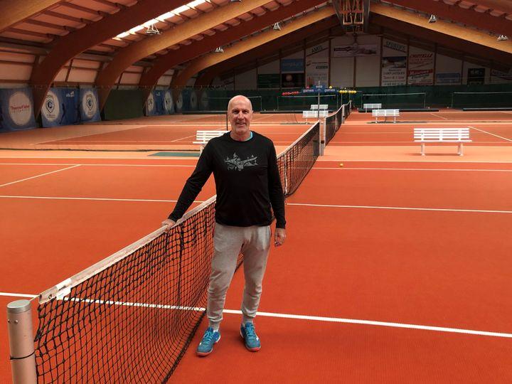 Christophe Freyss, l'un des premiers formateurs de Roger Federer, entraineur principal au Centre d'entrainement national d'Ecublens. (FANNY LECHEVESTRIER / FRANCEINFO)
