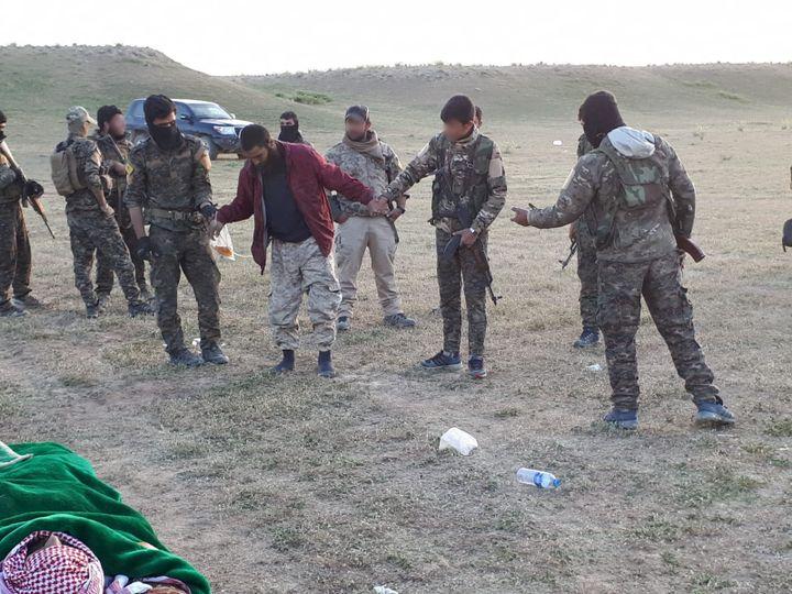 Fouille d'unhomme s'étant rendu aux Forces démocratiques syriennes aux environs de Baghouz (Syrie), le 12 mars 2019. (RADIO FRANCE)