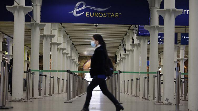 Une voyageuse prête à prendre l'Eurostar à la gare de Saint-Pancras à Londres (illustration). (TOLGA AKMEN / AFP)