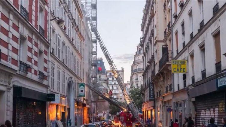 Une enquête est en cours après l'incendie qui s'est déclaré dans un immeuble du XIe arrondissement de Paris tôt samedi 22 juin. Trois personnes ont perdu la vie. (FRANCE 2)