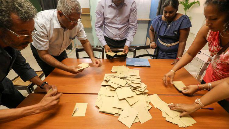 Le dépouillement dans un bureau de vote dela commune du Port (La Réunion), lors du premier tour de la présidentielle, le 23 avril 2017. (RICHARD BOUHET / AFP)