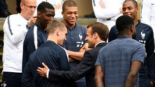 Emmanuel Macron avec l'équipe de France de football à Clairefontaine, le 5 juin 2018. (FRANCK FIFE / AFP)