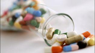 Selon l'étude publiée par 60 millions de consommateurs, un senior sur cinq prend plus de sept médicaments différents chaque jour, en France. Photo d'illustration. (LUC NOBOUT / MAXPPP)