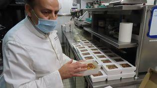 Le chefAndréas Mavrommatis prépare des repas pour le personnel soignant pendant le confinement, le 20 novembre 2020. Photo d'illustration. (CECILE CHEVALLIER / MAXPPP)
