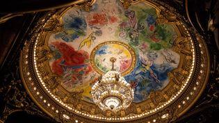 Le plafond de l'Opéra Garnier à Paris, peint par Marc Chagall, avec son célèbre lustre. (XOSE BOUZAS / HANS LUCAS)