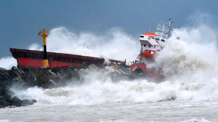Un cargo espagnol s'est échoué à Anglet (Pyrénées-Atlantiques) en raison de la tempête, le 5 février 2014. (KEPA ETCHANDY / AFP)