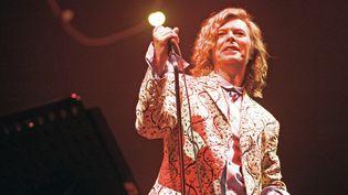 David Bowie sur scène au festival anglais de Glastonbury, le 25 juin 2000. (MIRRORPIX / GETTY)