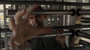 """Kash Leone, l'ouvrier rappeur, dans le clip """"Ca peut plus durer"""".  (Scotty Tyron Pictures)"""