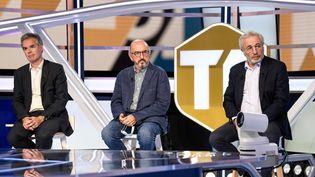 Jaume Roures, fondateur de Mediapro, entouré de Julien Bergeaud, directeur général de Mediapro Sport France (à gauche) et de Jean-Michel Roussier, DG adjoint, le 18 août 2020 sur le plateau de Téléfoot. (BERTRAND GUAY / AFP)
