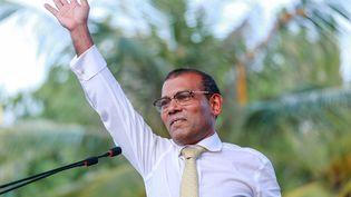 L'ancien président des Maldives Mohamed Nasheed salue la foule à son retour d'exil, le 1er novembre 2018, à Malé. (AHMED SHURAU / AFP)