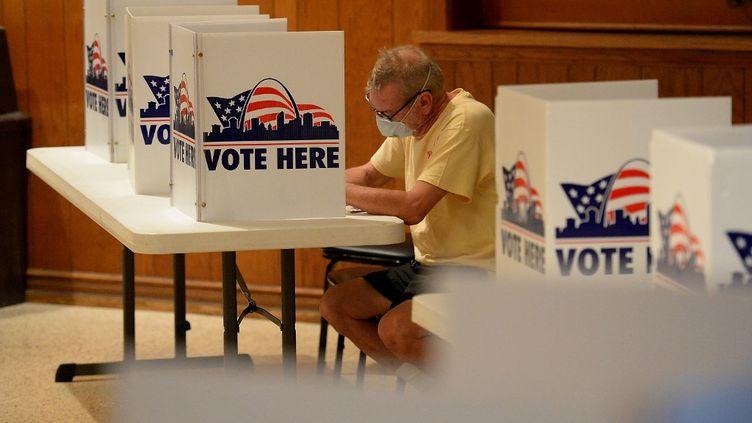 Un électeur remplit un bulletin de vote lors d'un scrutin à Saint-Louis, dans le Missouri (Etats-Unis), le 4 août 2020. (MICHAEL B. THOMAS / GETTY IMAGES NORTH AMERICA / AFP)