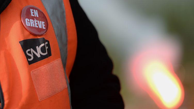 Un employé de la SNCF en grève le 25 mai 2016 à Donges (Loire-Atlantique). (JEAN-SEBASTIEN EVRARD / AFP)
