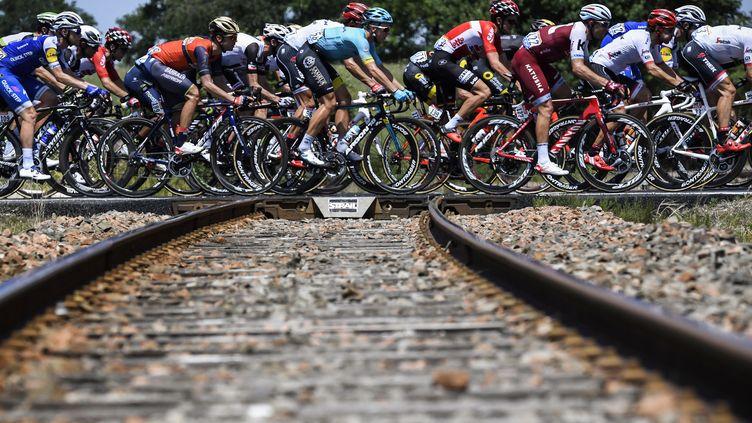 Le peloton du Tour de France traverse une voie ferrée (LIONEL BONAVENTURE / AFP)