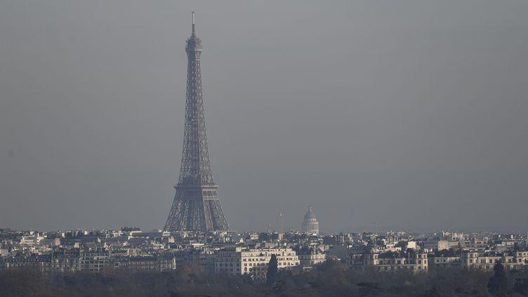 La Tour Eiffel sous un pic de pollution. (Photo d'illustration) (PHILIPPE LOPEZ / AFP)